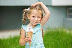 Un piccolo bambino con il gelato Il concetto dell'infanzia, stile di vita, alimento, estate Immagini Stock Libere da Diritti