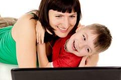 Un piccolo bambino con il suo orologio della madre il film il taccuino Fotografia Stock