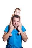 Un piccolo bambino si siede alle spalle di un padre felice Fotografia Stock Libera da Diritti