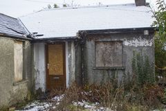 Un piccolo bungalow distaccato in rovine nella contea di Bangor giù che è stata inoccupata ed abbandonata per molti anni Immagine Stock