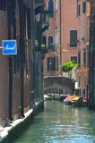 Un piccolo canale a Venezia, conducente ad un ponte Immagini Stock