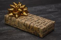 Un piccolo contenitore di regalo su una tavola Immagine Stock Libera da Diritti