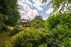 Un piccolo cottage di pietra in vegetazione fertile, Galles fotografia stock