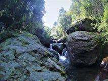 Un piccolo fiume che va giù fotografia stock