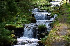 Un piccolo fiume della montagna nelle montagne dei Carpathians fotografie stock libere da diritti