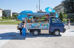Un piccolo furgone vende le bevande e gelato sulle vie del centro di Milano, Italia fotografie stock