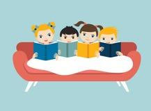 Un piccolo gruppo sveglio di tre bambini leggendo i libri che si siedono sul sofà illustrazione di stock