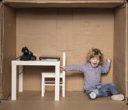 Un piccolo imprenditore sbadiglia da affaticamento, tempo del ` s per un pelo Fotografia Stock Libera da Diritti