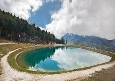 Un piccolo lago nelle montagne Fotografia Stock Libera da Diritti