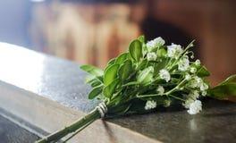 Un piccolo mazzo dei fiori bianchi immagine stock libera da diritti