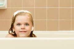 Un piccolo peek e un sorriso molto piccolo Immagine Stock Libera da Diritti