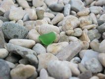 Un piccolo pezzo di vetro sui precedenti delle rocce Fotografia Stock