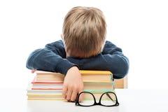 un piccolo scolaro stanco è caduto addormentato sui libri Fotografia Stock Libera da Diritti