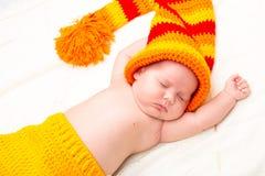 Un piccolo sonno neonato sveglio della neonata Fotografia Stock