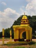 Un piccolo tempio del villaggio indiano con la torre fotografia stock libera da diritti