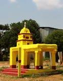 Un piccolo tempio del villaggio indiano con la torre fotografia stock