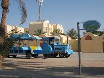 Un piccolo treno blu alla sua fermata fotografia stock libera da diritti