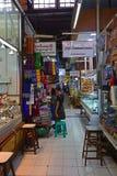 Un piccolo vicolo d'angolo dentro il mercato di Bogyoke Aung San fotografie stock