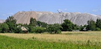 Un piccolo villaggio al piede di una miniera di sale immagine stock libera da diritti