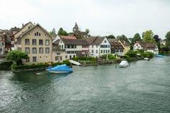 Un piccolo villaggio su un fiume in Baviera fotografia stock