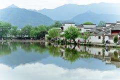 Un piccolo villaggio in supporto Huangshan, Cina, è chiamato Hongcun, appena come la bellezza della pittura del paesaggio immagini stock