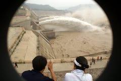 Un pico artificial de la inundación del enchufe de la presa Fotografía de archivo