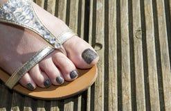Un pied sur le decking en bois Photos libres de droits