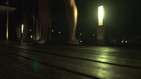 Un piede del ` s della persona su legno stock footage