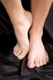 Un piede in su sul nero Fotografia Stock