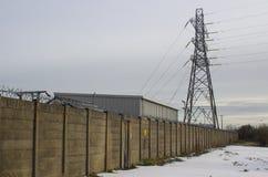 Un pilón de acero alto de la electricidad con los cables de transmisión de alto voltaje que es parte de la red local de la fuente Foto de archivo libre de regalías
