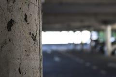 Un pilar concreto en foco imagenes de archivo