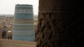 Un pilar de madera y una torre del templo del mosaico almacen de metraje de vídeo