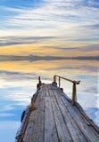 Un pilastro sopra un lago blu Immagini Stock