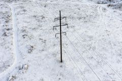 Un pilier au milieu d'un champ bloqué par la neige photographie stock libre de droits