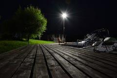 Un pilier en bois la nuit Image stock