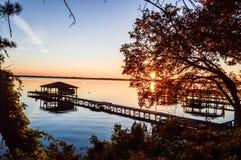 Un pilier par les arbres au lac Photographie stock libre de droits