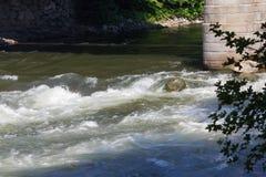 Un pilone del ponte e un'acqua veloce Immagini Stock Libere da Diritti