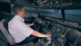 Un pilote commande un avion sur une piste clips vidéos