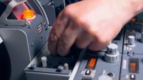 Un pilote retire un levier dans un tableau de bord, fin  clips vidéos