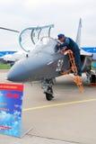 Un pilote se tiennent prêt l'avion YAK-130 Photographie stock libre de droits