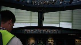 Un piloto que comprueba los instrumentos en una carlinga plana Vista posterior de los controles de funcionamiento del piloto del  almacen de video