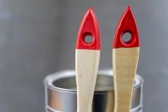 Un pinceau et une boîte de peinture sur une table d'atelier A de peinture photo stock