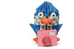 Un pinguino di origami con una macchina fotografica. Immagini Stock