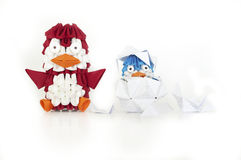 Un pinguino di origami della madre sta occupandosi del suo bambino. Fotografie Stock Libere da Diritti