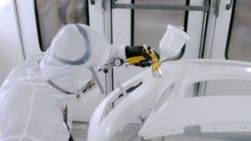 Un pintor profesional del coche está pintando un trabajo corporal almacen de video