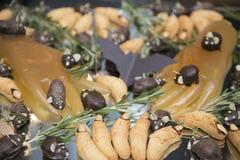 un pipistrello su un vassoio con i piccoli topi del cioccolato, zampe della gelatina e biscotti sotto forma di dita con gli artig fotografia stock libera da diritti