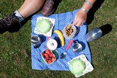 Un pique-nique de petit déjeuner de yaourt aux fruits et de café de mueslie sur un bleu Image stock