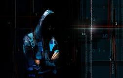 Un pirata informático anónimo en línea adulto de Internet con la cara invisible adentro Fotografía de archivo