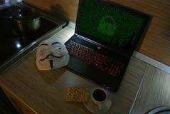 Un pirate informatique anonyme essaye de fendre la protection du système d'exploitation du ` s image libre de droits