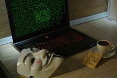Un pirate informatique anonyme essaye de fendre la protection du système d'exploitation du ` s photographie stock